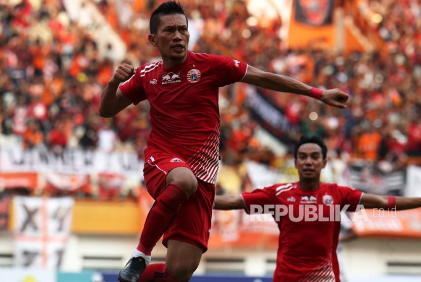 Bek Persija Jakarta Ismed Sofyan (kiri).