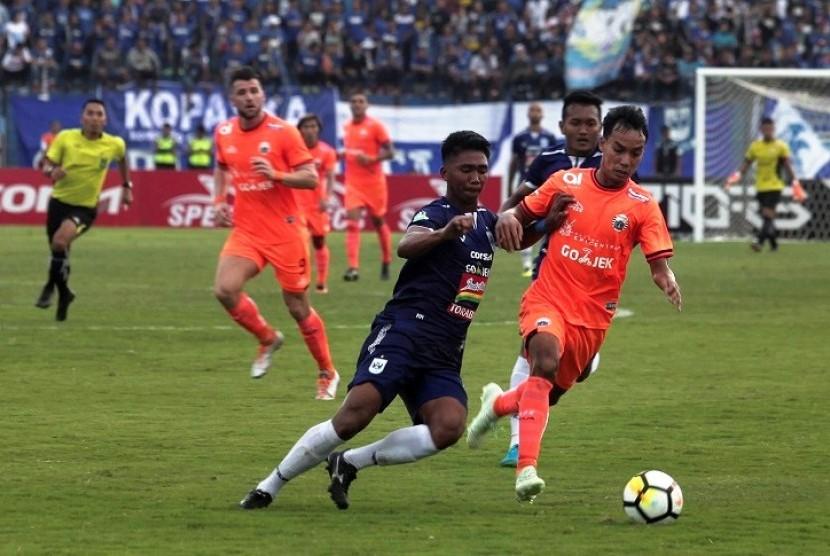 Pesepak bola Persija Jakarta, Novri Setiawan (kanan) berebut bola dengan pesepak bola PSIS Semarang, M Rio Saputro (kedua kiri) pada pertandingan Liga 1, Jumat (20/4).