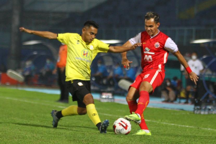 Pesepak bola Persija Jakarta Rezaldi Hehanusa (kanan) berebut bola dengan pesepak bola Barito Putera Abrizal Umanailo (kiri) dalam Babak Perempat Final Piala Menpora di Stadion Kanjuruhan, Malang, Jawa Timur, Sabtu (10/4/2021).