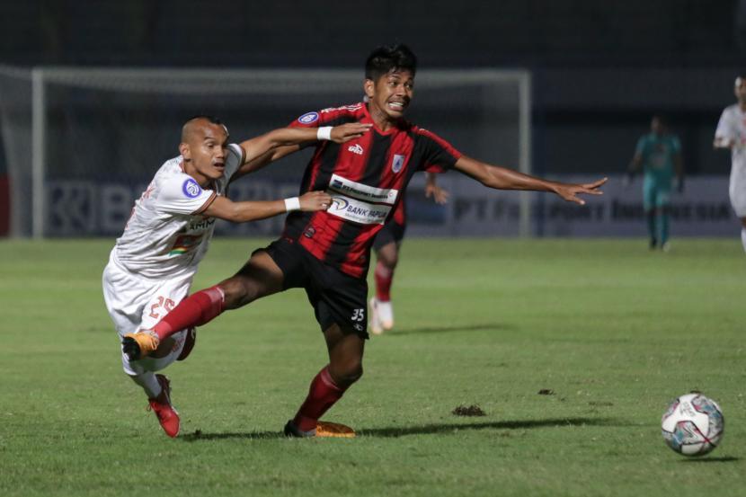 Pesepak bola Persija Jakarta Riko Simanjuntak (kiri) berebut bola dengan pesepak bola Persipura Jayapura Irsan Lestaluhu (kanan) pada laga lanjutan Liga 1 2021-2022 di Stadion Indomilk Arena, Tangerang, Banten, Ahad (19/9/2021)