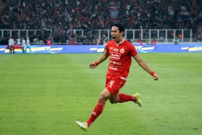 Pesepak bola Persija Jakarta Ryuji Utomo melakukan selebrasi setelah mencetak gol ke gawang PSM Makassar dalam final Kratingdaeng Piala Indonesia 2018 leg pertama di Stadion Gelora Bung Karno, Jakarta, Ahad (21/7/2019). Persija Jakarta menang dengan skor 1-0.