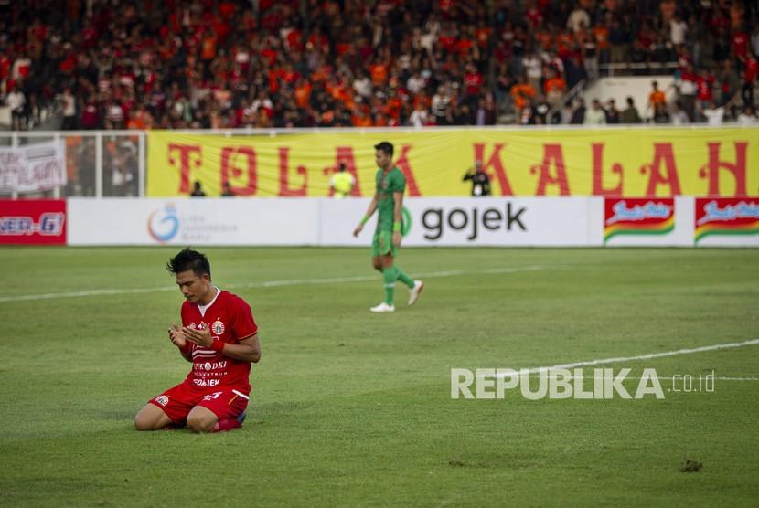 Pesepak bola Persija Sandi Sute (kiri) melakukan selebrasi seusai mencetak gol ke gawang Kalteng Putra pada laga Shopee Liga 1 di Stadion Madya GBK, Senayan, Jakarta, Selasa (20/8/2019).