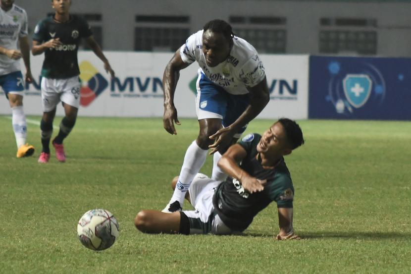 Pesepak bola Persikabo 1973 Dimas D (kanan) berebut bola dengan pesepak bola dengan Persib Bandung Igbonefo (kiri) pada lanjutan Liga 1 di Stadion Wibawa Mukti, Kabupaten Bekasi, Jawa Barat, Senin (27/9/2021). Pertandingan babak pertama berakhir imbang 0-0.