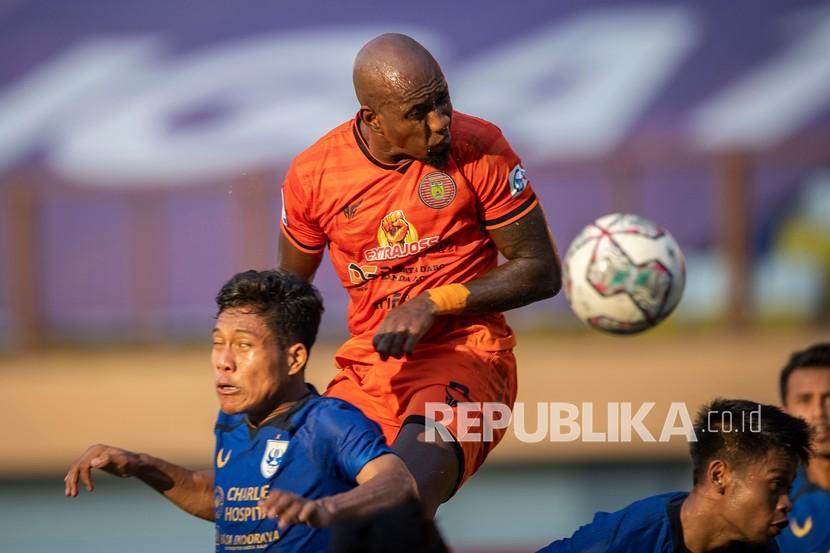 Pesepak bola Persiraja Banda Aceh Paulo Henrique (tengah) menyundul bola ke arah gawang PSIS Semarang dalam pertandingan pekan ketiga Liga 1 2020-2021 di Stadion Wibawa Mukti, Cikarang, Kabupaten Bekasi, Jawa Barat, Sabtu (18/9/2021). Pertandingan dimenangkan PSIS Semarang dengan skor 3-1.