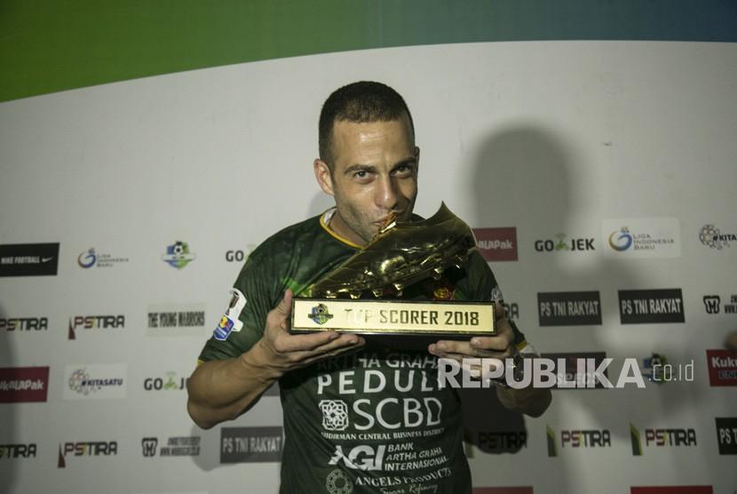 Pesepak bola PS Tira Aleksander Rakic menunjukkan trofi top skor Liga 1 2018 kepada wartawan di Stadion Sultan Agung, Bantul, DI Yogyakarta, Selasa (11/12/2018).