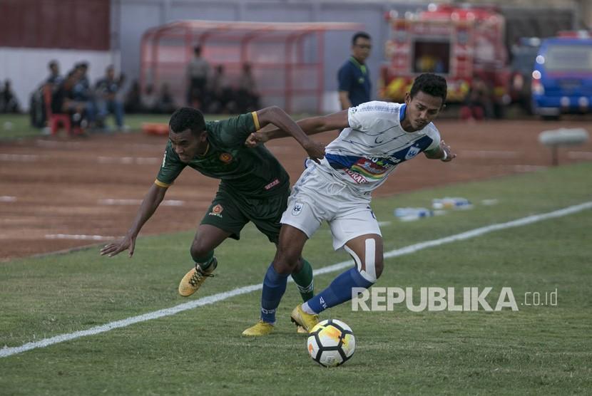 Pesepak bola PS Tira M Kasim (kiri) berebut bola dengan pesepak bola PSIS Semarang Hari Nur Yulianto (kanan) saat laga Liga 1 di Stadion Sultan Agung, Bantul, DI Yogyakarta, Rabu (17/10/2018).