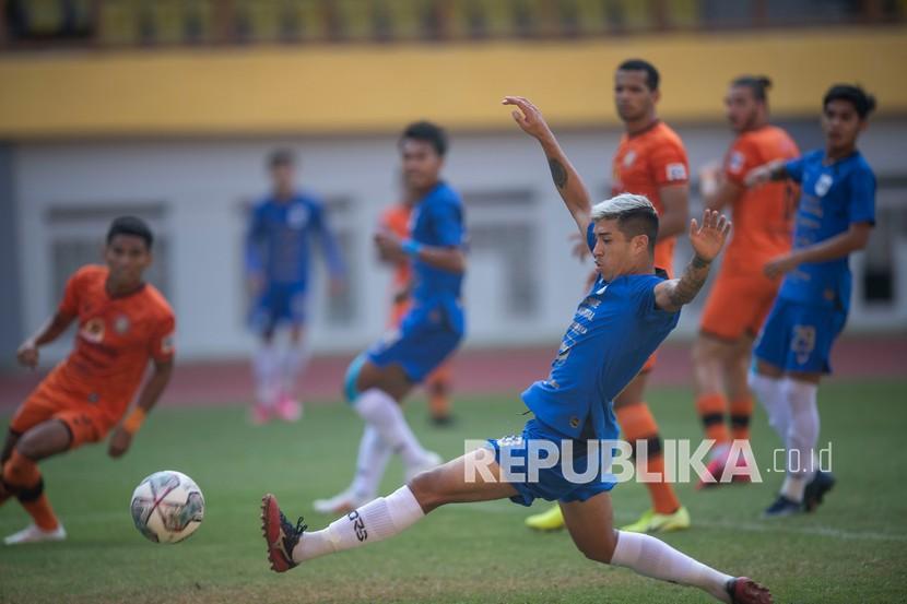 Pesepak bola PSIS Semarang Jonathan Cantillana (tengah) berusaha menendang bola ke gawang Persiraja Banda Aceh dalam pertandingan pekan ketiga Liga 1 2020-2021 di Stadion Wibawa Mukti, Cikarang, Kabupaten Bekasi, Jawa Barat, Sabtu (18/9/2021).