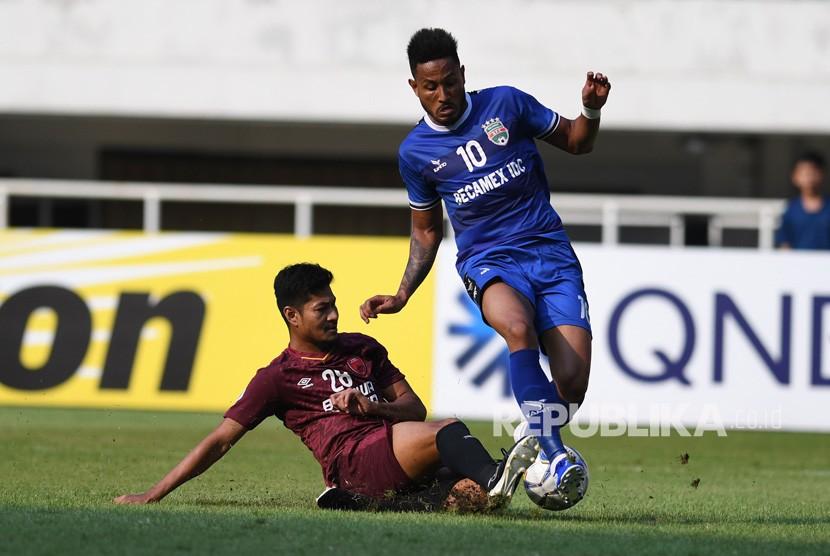 Pesepak bola PSM Makassar Abdul Rahman (kiri) berebut bola dengan pesepak bola Becamex Binh Duong asal Vietnam Wander Luiz Diaz pada semi final leg kedua Piala AFC 2019 zona Asean di Stadion Pakansari, Bogor, Jawa Barat, Rabu (26/6/2019).