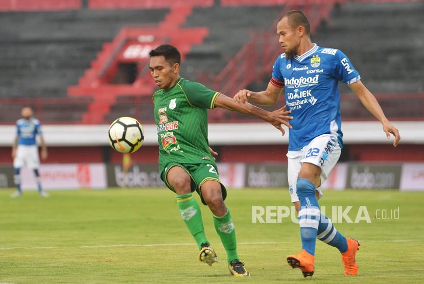Kapten Persib Bandung Supardi Nasir (kanan).