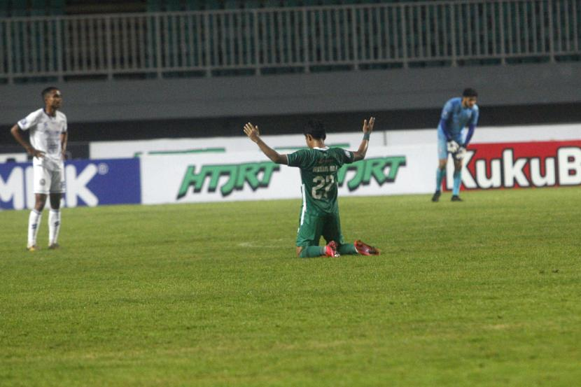Pesepak bola PSS Sleman Irkham Mila (tengah) melakukan selebrasi kemenangan setelah mengalahkan Arema FC dalam laga lanjutan Liga 1 di Stadion Pakansari, Kabupaten Bogor, Jawa Barat, Minggu (19/9/2021). PSS Sleman tundukan Arema FC dengan skor akhir 2-1.