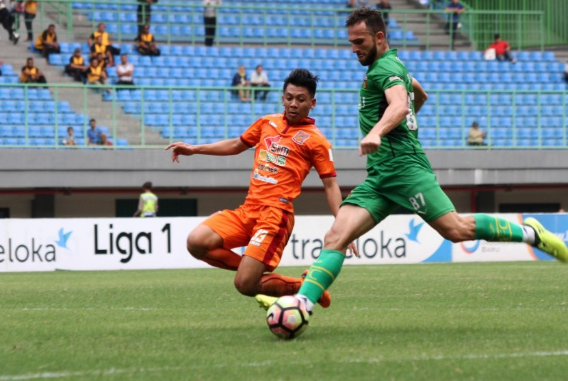 Pesepak bola Pusamania Borneo FC Wahyudi Setiawan Hamisi (kiri) berusaha menghadang pesepak bola Bhayangkara FC Ilija Spasojevic (kanan) pada pertandingan Liga 1, di Stadion Patriot Candrabhaga, Bekasi, Jawa Barat, Rabu (20/9). Tuan rumah Bhayangkara FC berhasil mengalahkan Pusamania Borneo FC dengan skor akhir 2-1.