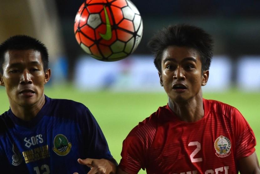 Pesepak bola Sulsel Abdul Azis (kanan) berebut bola dengan pesepak bola Jabar Henhen Herdiana (kiri) pada final PON XIX di Stadion Si Jalak Harupat, Kabupaten Bandung, Jawa Barat, Rabu (28/9).
