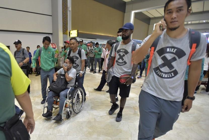 Gelandang timnas Indonesia Andik Vermansah (ketiga kiri) didorong rekannya menggunakan kursi roda sebelum berangkat ke Bangkok di Bandara Soekarno Hatta, Tangerang, Banten, Kamis (15/12).