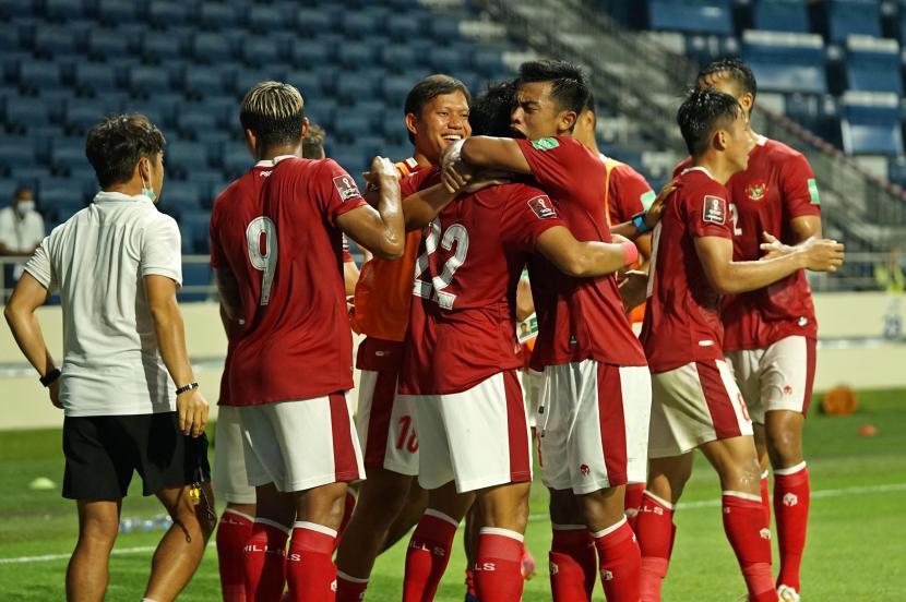 Pesepak bola Timnas Indonesia I Kadek Agung (tengah) dipeluk rekannya, Pratama Arhan (ketiga kanan) usai membobol gawang Timnas Thailand dalam pertandingan Grup G Kualifikasi Piala Dunia 2022 zona Asia di Dubai, Uni Emirat Arab, Kamis (3/6/2021) malam. Timnas Indonesia menahan seri 2-2 Timnas Thailand dalam pertandingan tersebut.