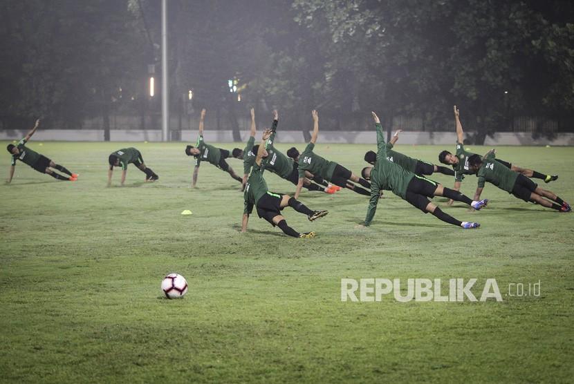 Pesepak bola timnas Indonesia mengikuti sesi latihan di lapangan ABC Gelora Bung Karno (GBK), Senayan, Jakarta, Jumat (7/6/2019).