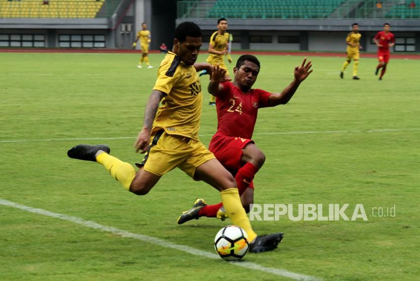 Pesepak bola Timnas Indonesia U-22 Billy (kanan) berusaha menghadang pesepak bola Bhayangkara FC Vendri Mofu (kiri) pada laga pertandingan persahabatan di Stadion Patriot Candrabhaga, Bekasi, Jawa Barat, Rabu (6/2/2019).