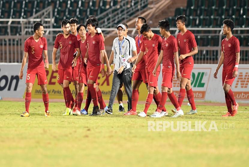 Pesepak bola Timnas U-18 Indonesia berjalan bersama usai bertanding melawan Myanmar pada perebutan peringkat ketiga Piala AFF U-18 di Stadion Thong Nhat Ho Chi Minh, Vietnam, Senin (19/8/2019).