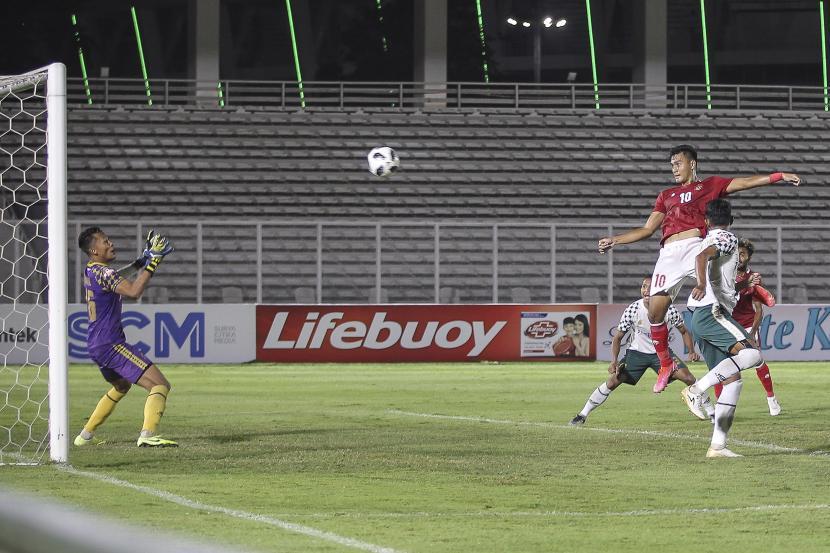Pesepak bola Timnas U-23 M Rafli (kanan) menyundul bola saat bertanding melawan Tira Persikabo dalam laga uji coba di Stadion Madya, Senayan, Jakarta, Jumat (5/3/2021). Pertadingan tersebut digelar dalam rangka persiapan Timnas U-23 jelang SEA Games 2021 di Vietnam.