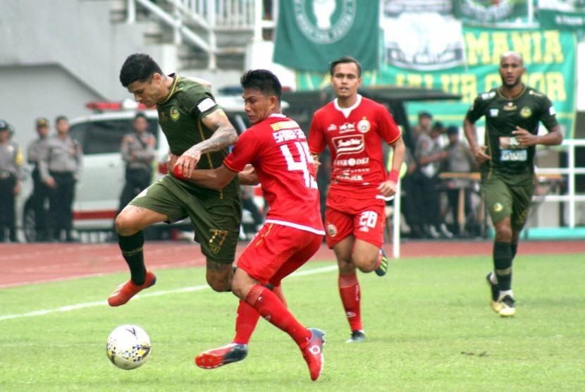 Pesepak bola Tira Persikabo Ciro Henrique Alvez (kiri) berebut bola dengan pesepak bola Persija Jakarta Sandi Sute (kedua kiri) dalam laga Liga 1 2019 di Stadion Pakansari, Bogor, Jawa Barat, Selasa (16/7/2019).