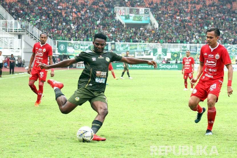 Bek Persija Jakarta Rezaldi Hehanusa (kanan) berusaha menjaga pergerakan pemain asing Tira Persikabo Osas Saha.