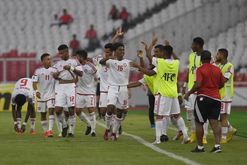 Pesepak Uni Emirat Arab (UEA) Ahmad Fawzi Abdalla (tengah) merayakan gol yang ia cetak ke gawang Qatar bersama rekan-rekannya dalam laga Grup A Piala Asia U-19 di Stadion Utama Gelora Bung Karno, Jakarta, Kamis (18/10/2018).