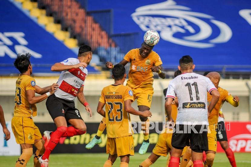 Pesepak bola Bhayangkara FC Ezechiel Ndouasel (kedua kanan) menyundul bola dalam laga lanjutan BRI Liga 1 antara Bhayangkara FC melawan Madura United, di Stadion Si Jalak Harupat, Kabupaten Bandung, Jawa Barat, Sabtu (18/9/2021). Pada babak pertama, Bhayangkara FC unggul dengan skor 1-0.