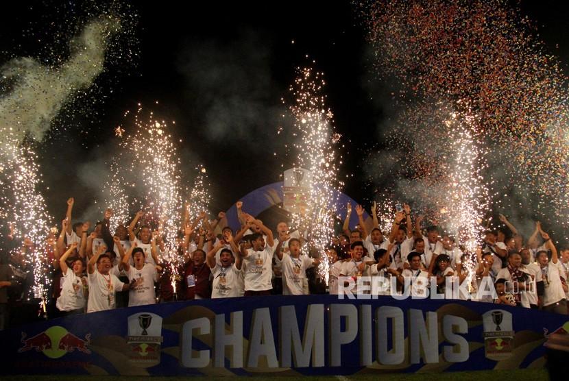 Pesepakbola dan official PSM Makassar berselebrasi usai keluar sebagai juara Piala Indonesia 2019, di Stadion Andi Mattalatta, Makassar, Sulawesi Selatan, Selasa (6/8/2019).