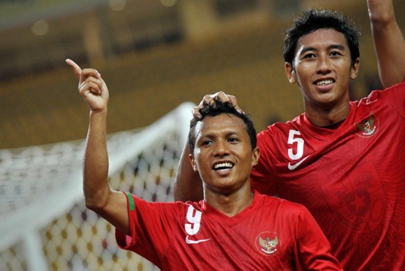 Pesepakbola Indonesia Hendra Adi Bayauw (kiri) bersama Kapten Timnas Nurmufid (kanan) melakukan selebarasi usai mencetak gol ke gawang Timnas Macau dalam pertandingan kualifikasi grup E Piala Asia (AFC) di Stadion Utama Riau, Pekanbaru, Riau, Rabu (10/7) m