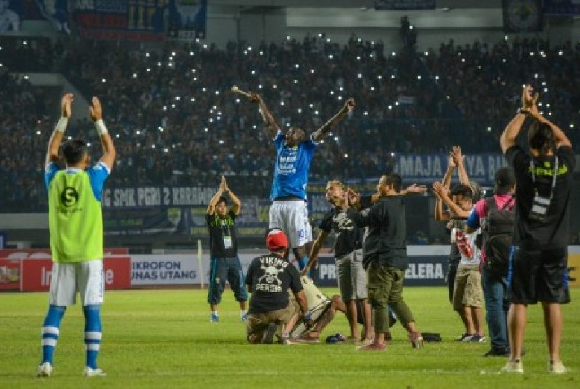 Pesepakbola Persib Bandung Ezechiel N'douassel (tengah) bersama rekan setimnya dan ofiicial merayakan kemenangan seusai mengalahkan Persipura Jayapura dalam laga lanjutan Gojek Liga 1 di Stadion Gelora Bandung Lautan Api (GBLA), Bandung, Jawa Barat, Sabtu (12/5). Dalam pertandingan tersebut, Persib Bandung berhasil menakluka Persipura Jayapura dengan skor 2-0.