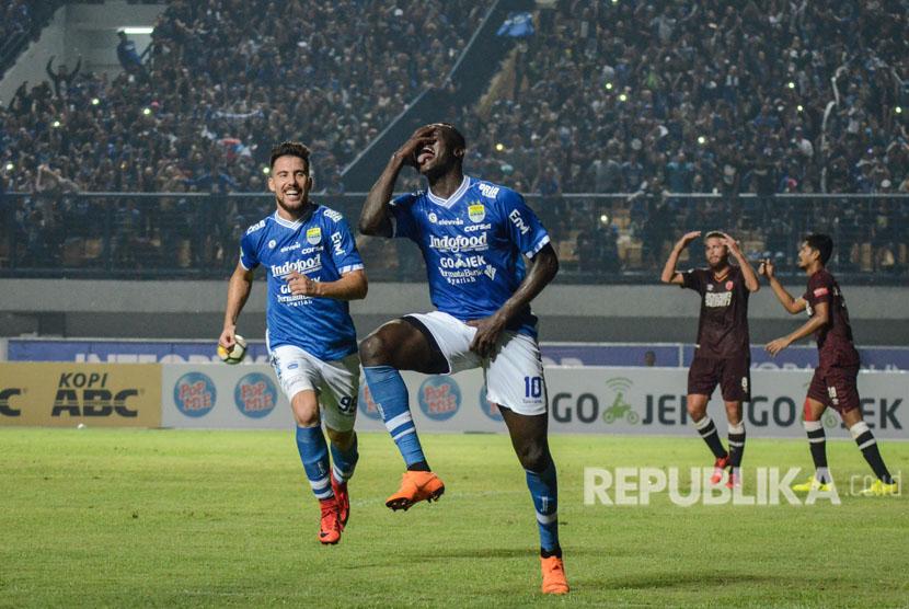 Pesepakbola Persib Bandung Ezechiel Ndouasel (kedua kiri) melakukan seleberasi seusai mencetak gol ke gawang PSM Makasar saat laga lanjutan Go-jek Liga 1 di Stadion Gelora Bandung Lautan Api (GBLA), Bandung, Jawa Barat, Rabu (23/5) malam.