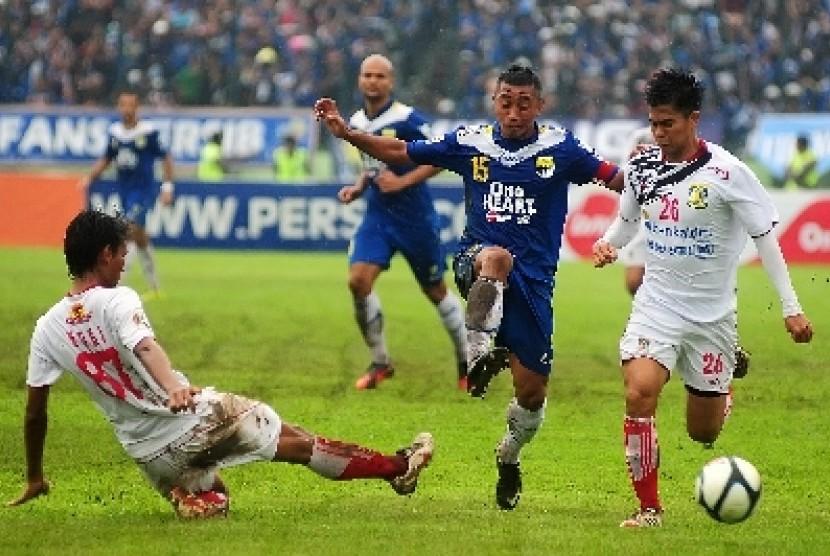 Gelandang serang Persib Bandung, Firman Utina (15)