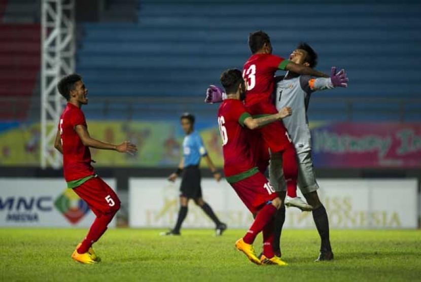 Pesepakbola timnas U-23 Indonesia memeluk penjaga gawang Indonesia, Kurnia Meiga Hermansyah (kanan) dalam semi final sepak bola ISG III di Stadion Gelora Sriwijaya Jakabaring, Palembang, Jumat (27/9).
