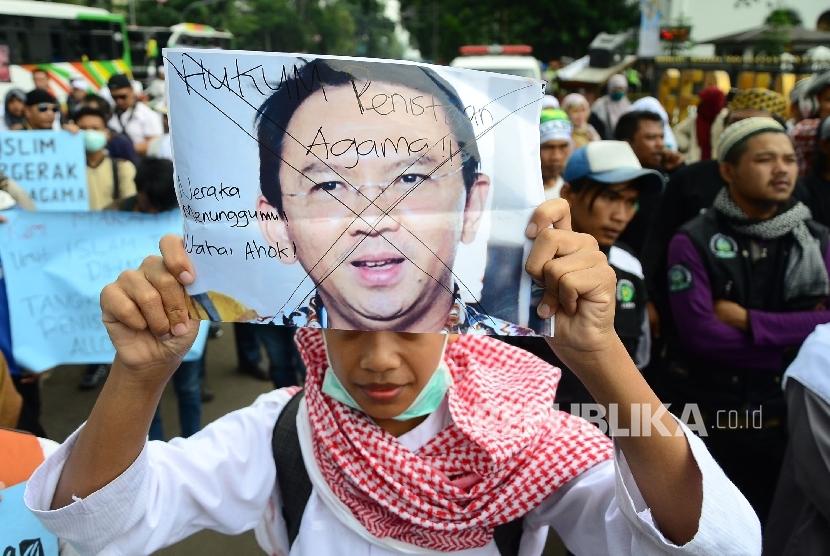 Aksi demonstrasi umat Islam terkait pernyataan kontoversi Gubernur DKI Jakarta, Basuki Tjahaja Purnama atau Ahok yang mengutip salah satu ayat Alquran