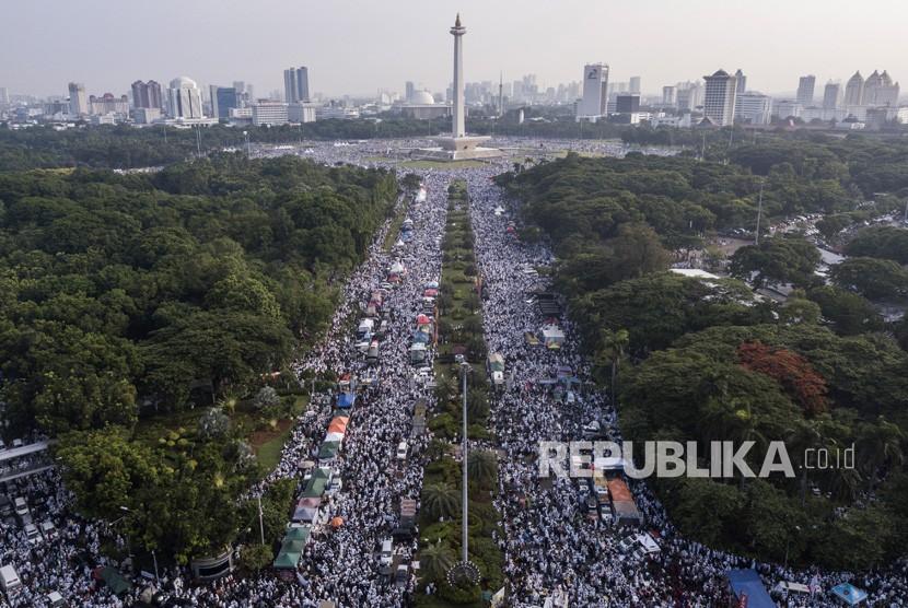 Peserta aksi reuni 212 memadati kawasan Monas di Jakarta, Ahad (2/12/2018).