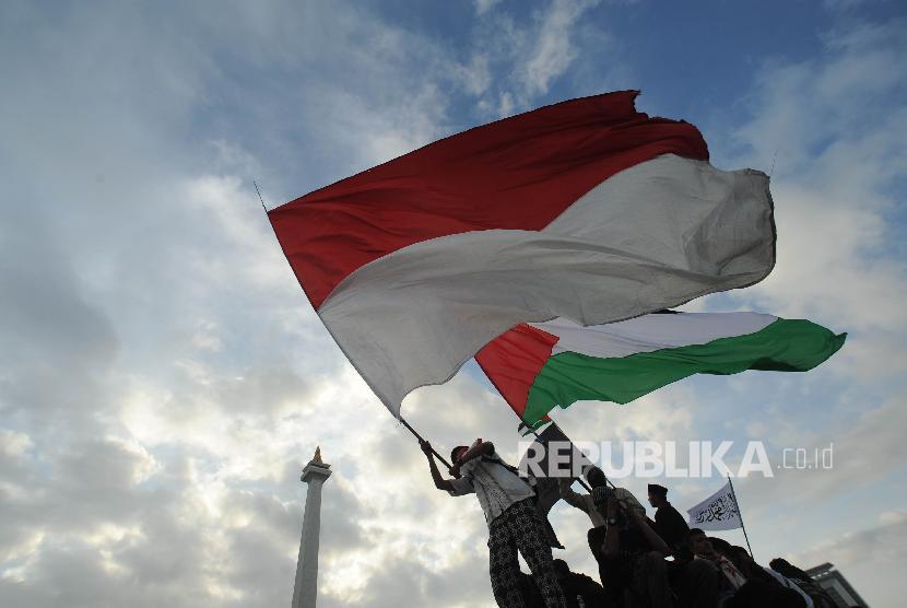 Bendera Palestina dan Indonesia dikibarkan dalam aksi solidaritas Palestina beberapa waktu lalu (ilustrasi). ndonesia menjadi salah satu negara yang berhubungan baik dengan Palestina termasuk dalam sektor perdagangan.