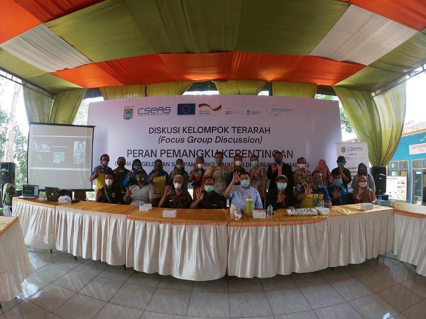 Peserta berfoto usai menggelar diskusi pengelolaan sampah berkelanjutan di Jawa Timur oleh Pusat Studi Asia Tenggara Indonesia (CSEAS) pada Kamis (9/9/2021).