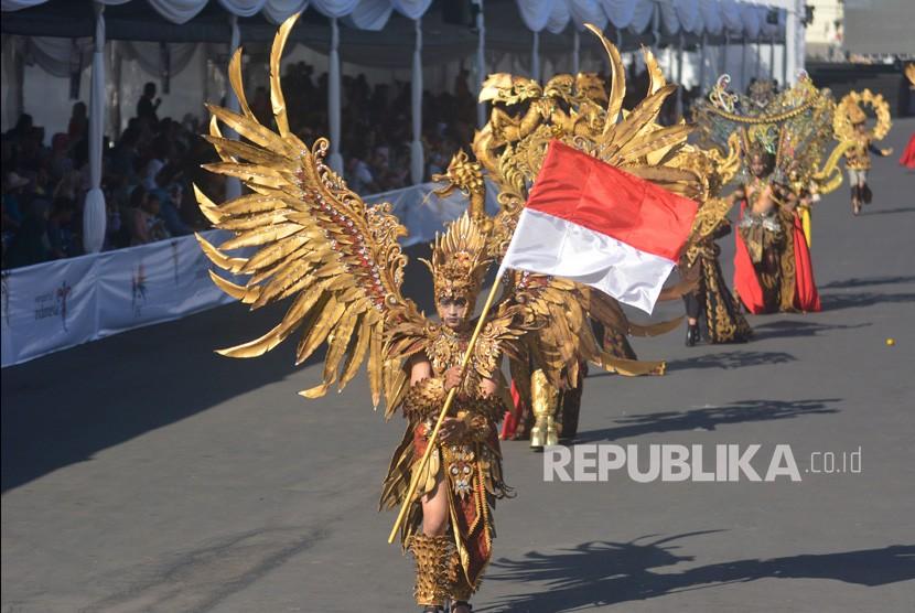 Peserta dari delegasi Kabupaten Jepara mengikuti Wonderful Artchipelago Carnival Indonesia (WACI) dalam rangkaian Jember Fashion Carnaval di Jember, Jawa Timur, Sabtu (3/8/2019).