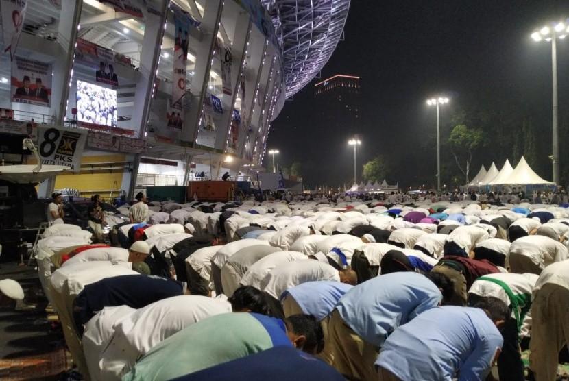 Peserta kampanye akbar Prabowo Sandiaga Uno shalat subuh berjamaah, Ahad (7/4), di luar stadion GBK.