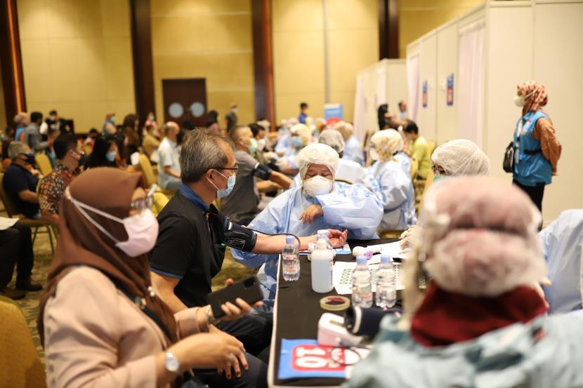Peserta lansia melewati proses pemeriksaan kesehatan yang ketat dan dibantu oleh petugas kesehatan sebelum mendapatkan vaksinasi di Sentra Vaksinasi COVID-19. ilustrasi
