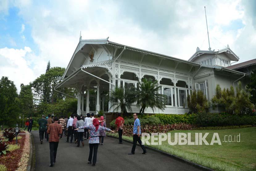 Peserta lawatan KAA mengunjungi Istana Presiden Cipanas, Cianjur, Rabu (20/4).(Republika/Edi Yusuf)