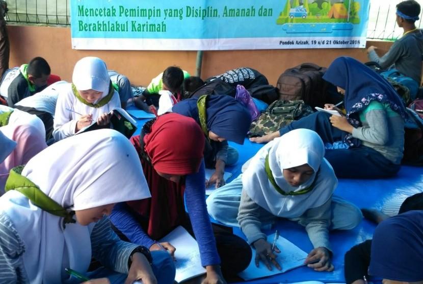 Peserta LDKS siswa MTsN Negeri 1 Bogor, mengikuti materi antara lain Pengenalan Dasar Jurnalistik, di Pamijahan, Bogor Sabtu (20/10).