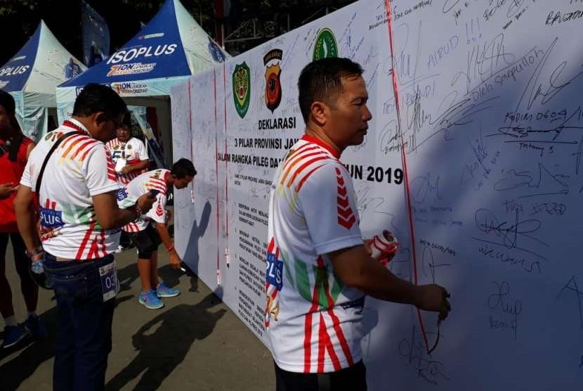 Peserta Lomba Lari Tiga Pilar 5 K Provinsi Jabar, menendatangangi deklarasi pileg pilpres damai di Mapolda Jabar.