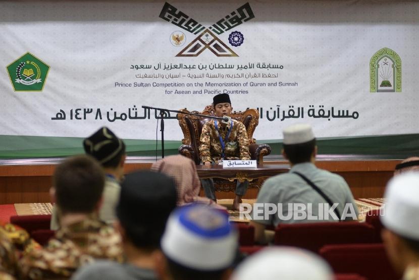 Peserta melantunkan ayat suci Al-Quran saat mengikuti Musabaqah Hafalan Alquran dan Hadis (MHQH) di Masjid Istiqlal, Jakarta, Selasa (2/5)