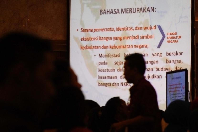Peserta melintas saat mengikuti Kongres Bahasa Indonesia X bertema