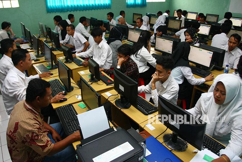 Peserta mengerjakan soal bahasa Indonesia dalam Ujian Nasional Berbasis Komputer (UNBK)