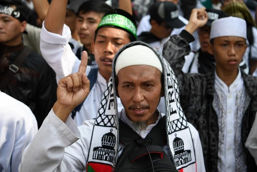 Peserta mengikuti aksi protes pembakaran bendera berkalimat Tauhid di depan Kantor Kemenko Polhukam, Jakarta, Jumat (26/10/18).