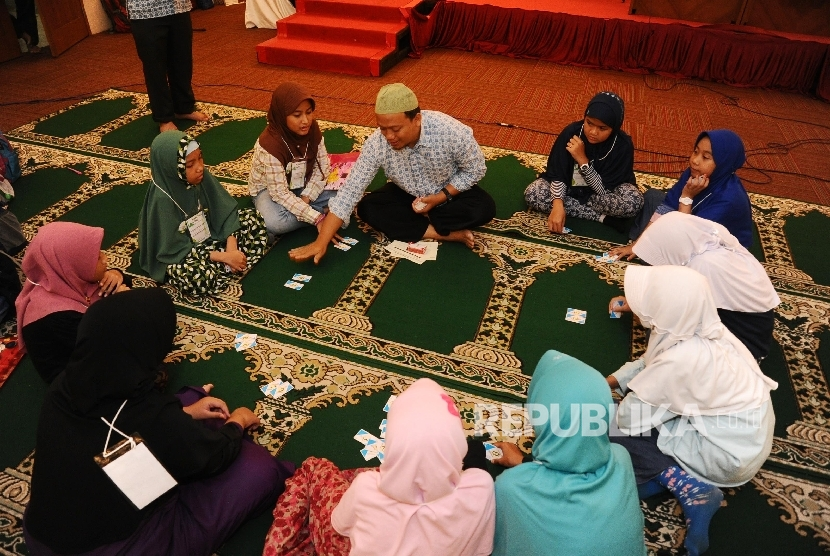 Peserta mengikuti kegiatan belajar di Masjid At-tin, Jakarta. Republika/Tahta Aidilla
