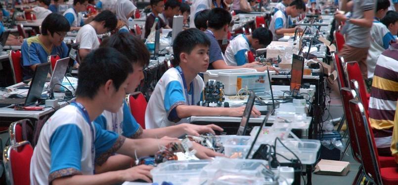 Peserta mengikuti kontes perakitan robot dalam International Robot Olympiad (IRO) ke-13 di Universitas Taruma Negara, Jakarta, kamis (15/12). (Republika/Agung Supriyanto)
