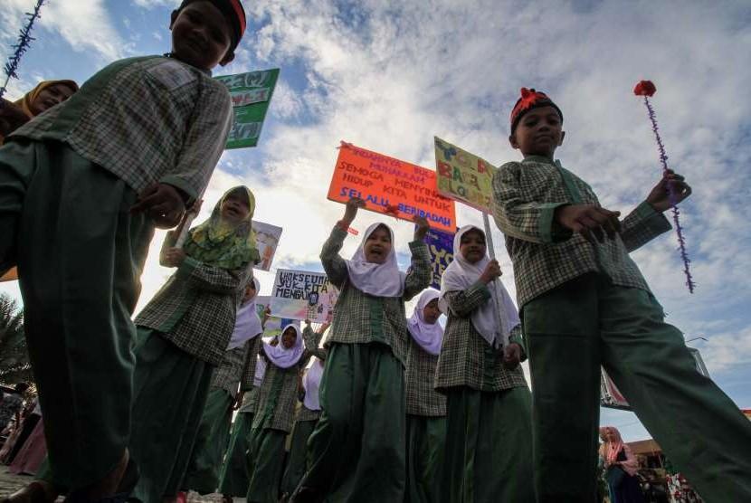 Peserta mengikuti pawai menyambut tahun baru Islam 1 Muharram 1440 Hijriah, mengelilingi Kota Lhokseumawe, Aceh, Senin (10/9).