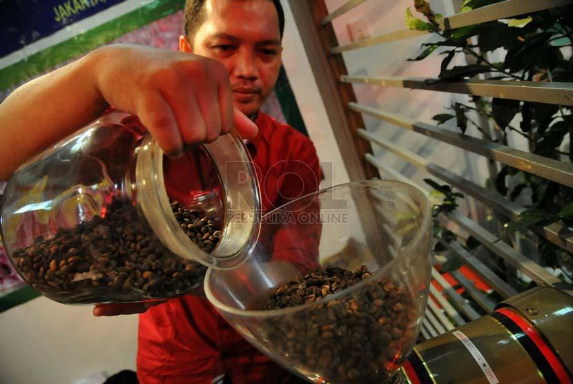 Peserta menunjukan kopi ungulan saat pameran kopi nusantara 2014 di Kementrian Perindustrian, Jakarta, Selasa (24/6).